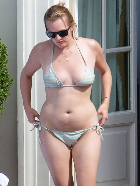 elisabeth-moss-in-bikini-on-vacation-in-capri_1