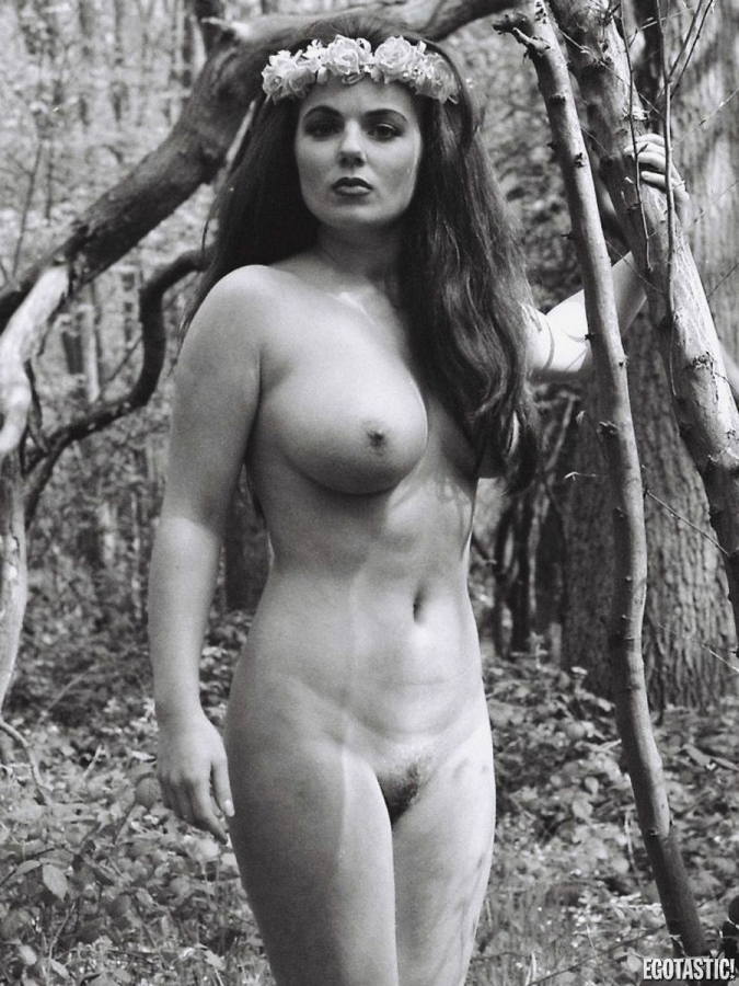 geri-halliwell-nude-forest-shoot-08-675x900-1